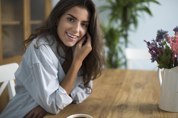 kvinde ved spisebord